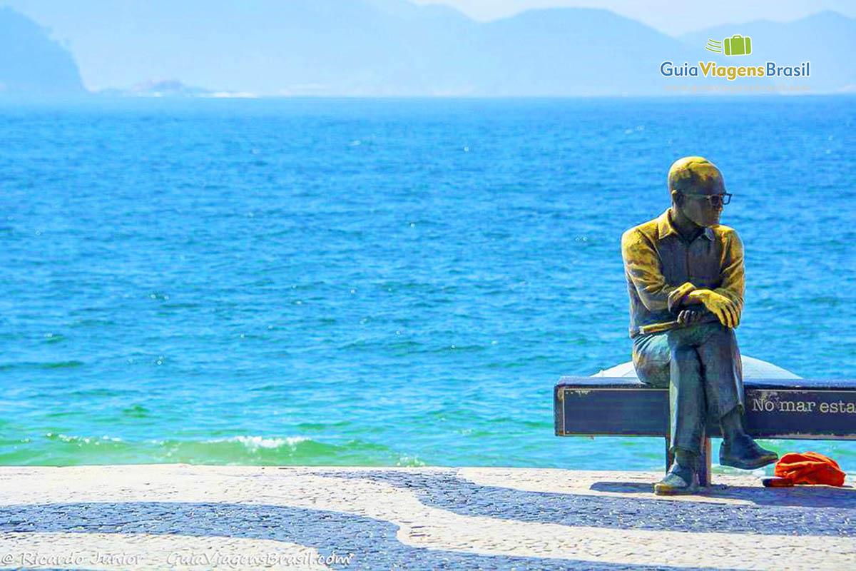 Foto Estátua de Carlos Drummond de Andrade, Praia de Copacabana, Rio de Janeiro, RJ.