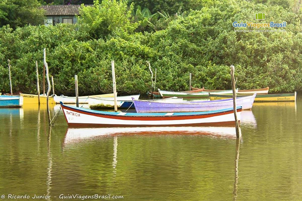 Foto barquinhos em Guarda do Embaú, SC.