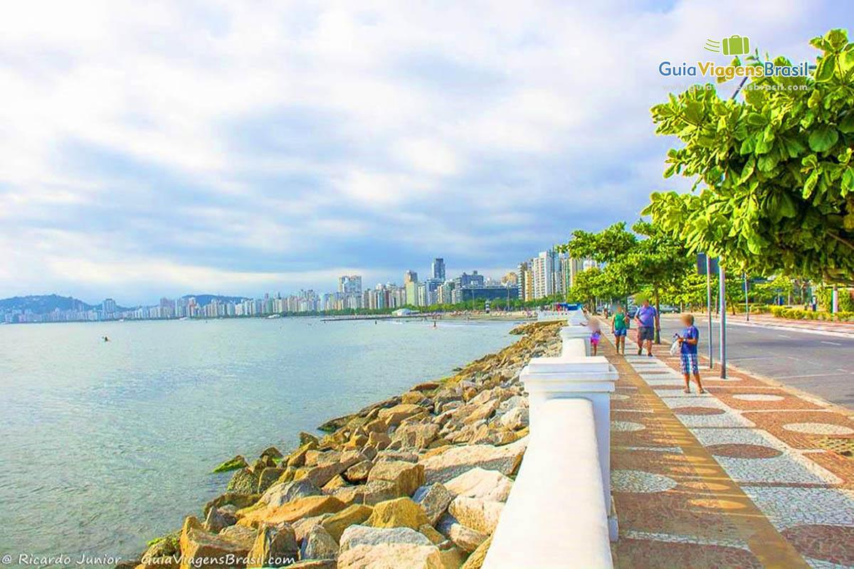 Foto calçadão Praia de Santos, SP.