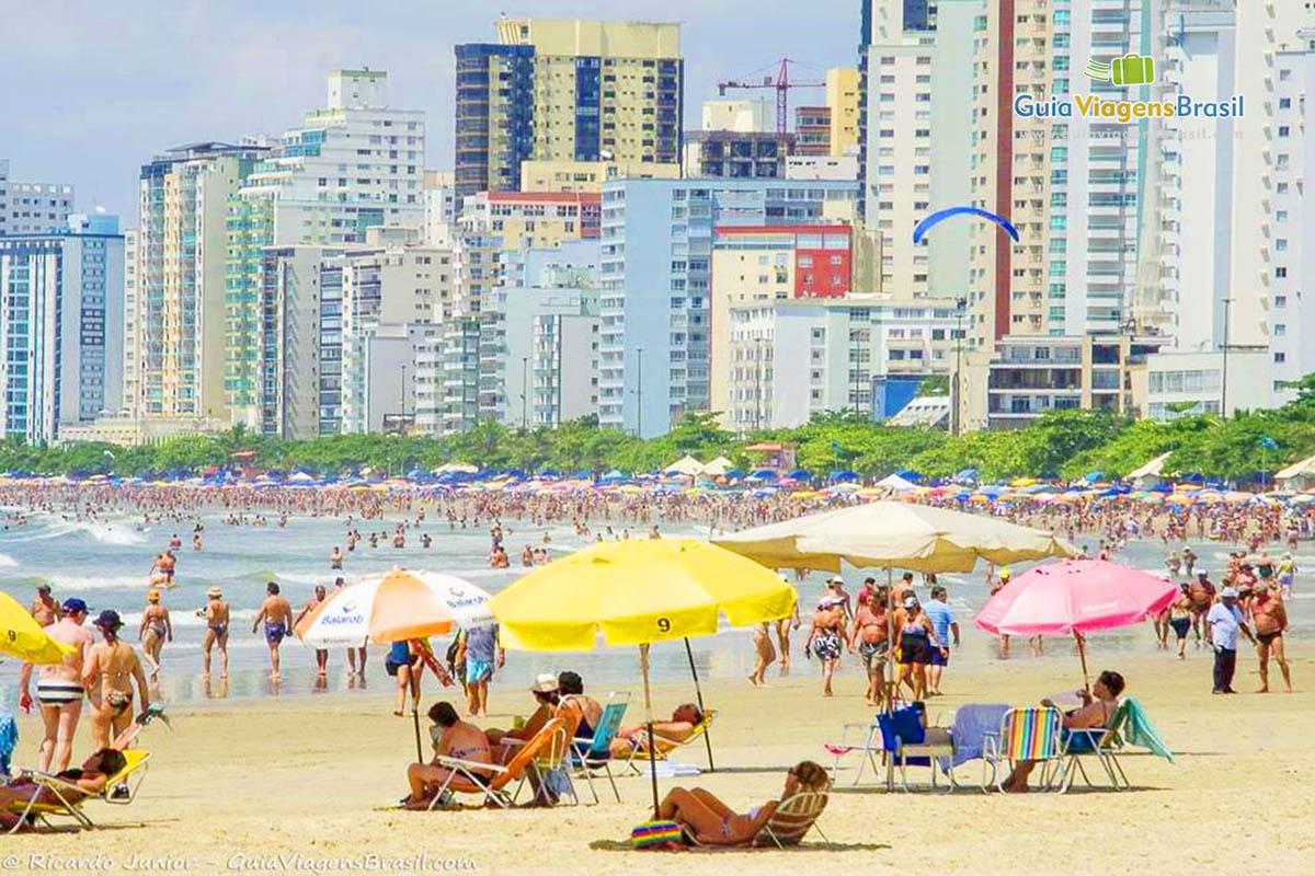 Foto Praia Central lotada em Balneário Camboriú, SC.