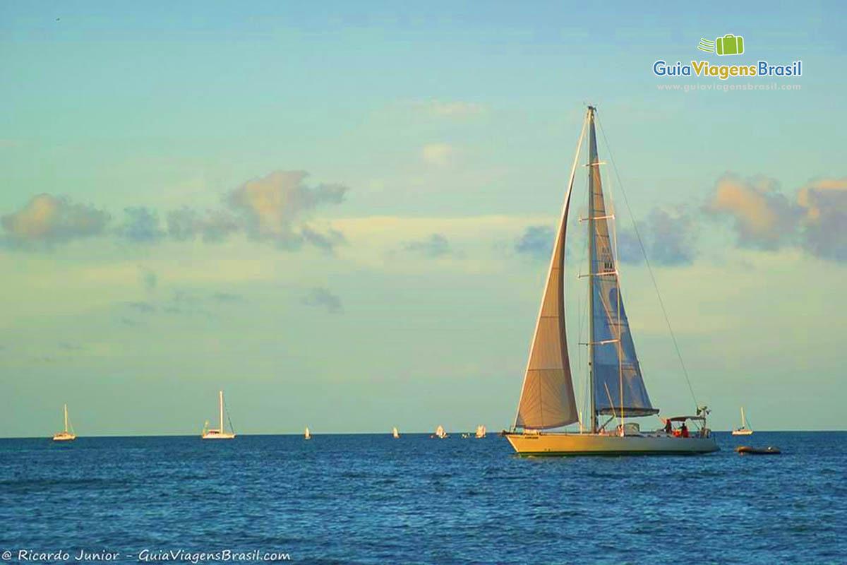 Foto barco a vela na Praia de Jurerê Internacional, Florianópolis, SC.