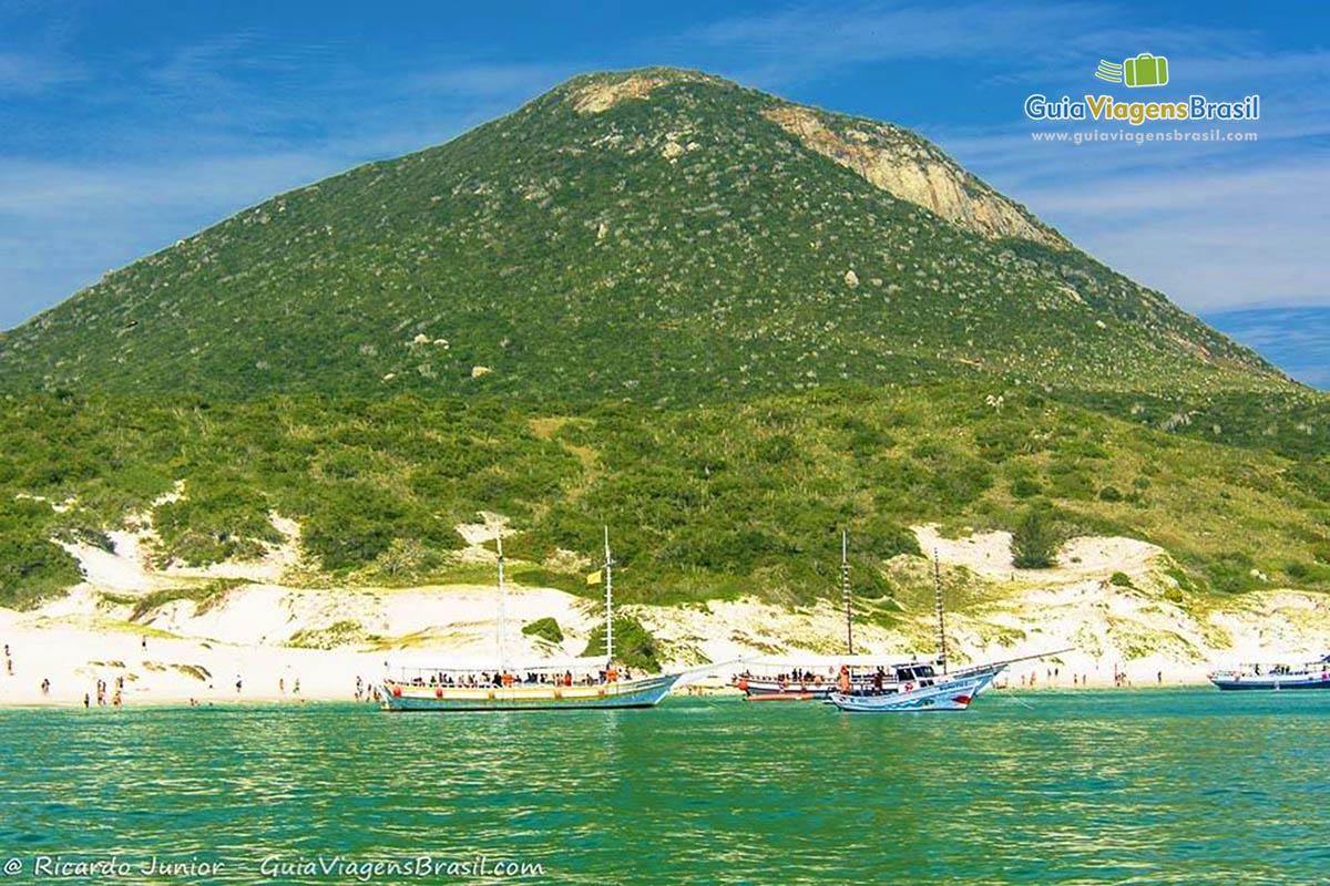 Foto da ilha do Farol, em Arraial do Cabo, RJ.