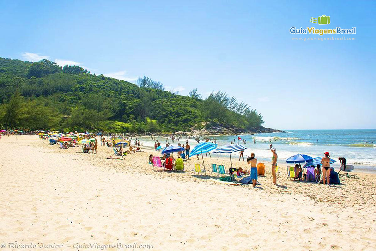 Foto lado esquerdo da Praia da Ferrugem, em Garopaba, SC.
