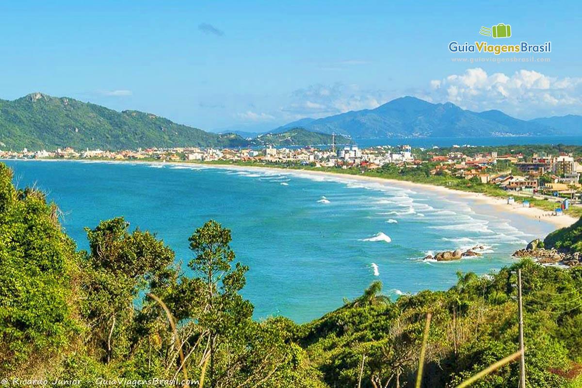 Foto a partir do mirante com vista para a Praia de Mariscal, Bombinhas, SC.