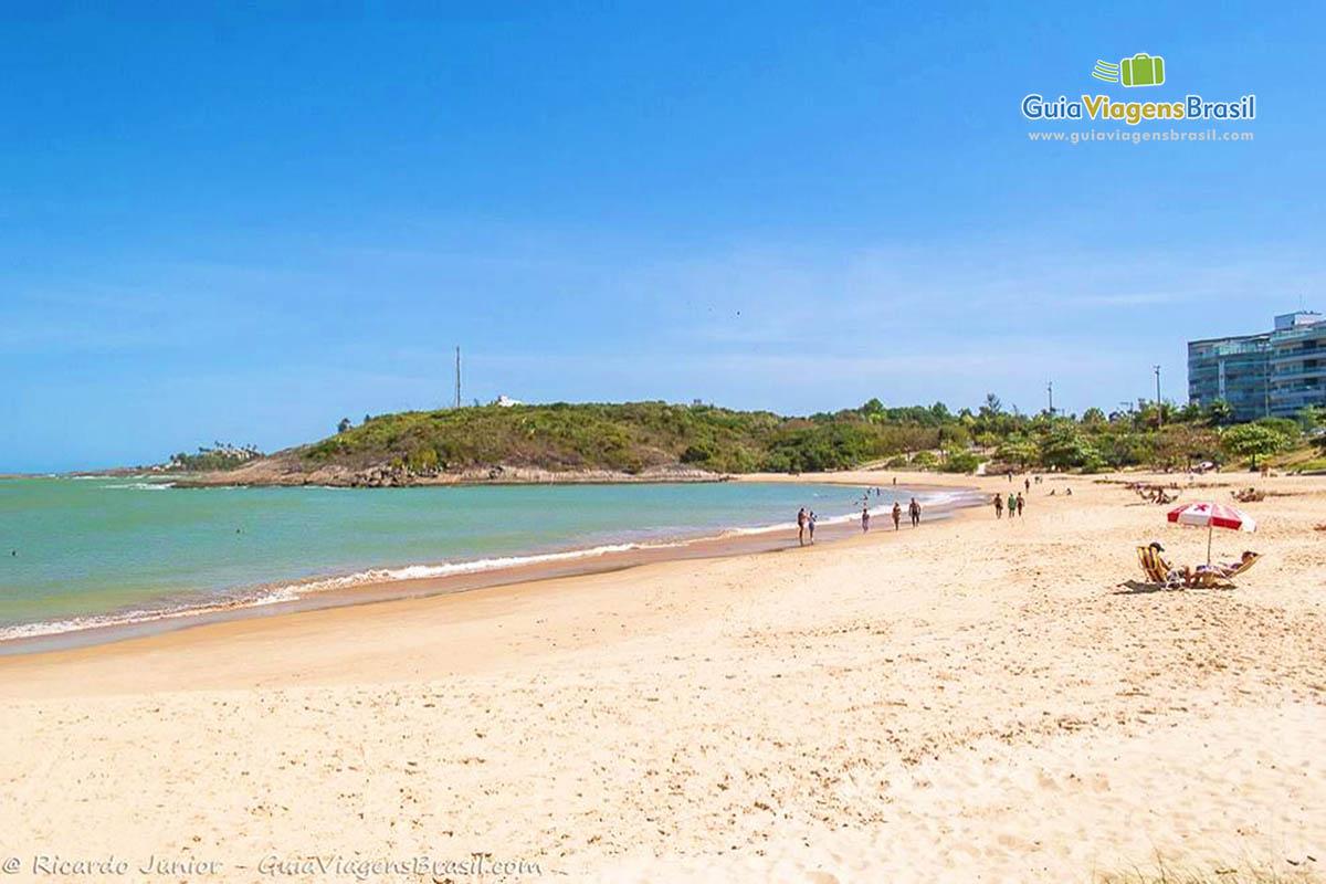 Foto orla da Praia de Bacutia, Guarapari, ES.