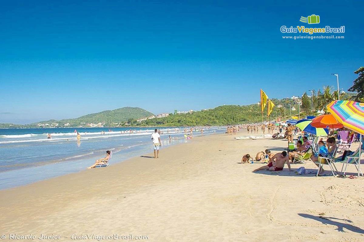 Foto orla Praia de Bombas, Bombinhas, SC.