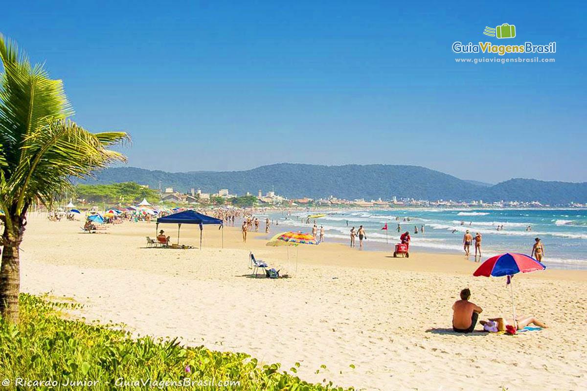 Foto orla Praia de Mariscal, Bombinhas, SC.