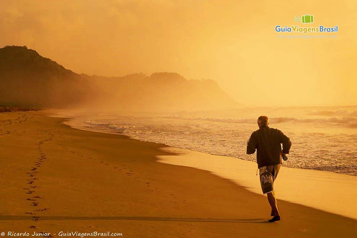 Foto pessoa correndo orla da Praia Brava, Itajaí, SC.