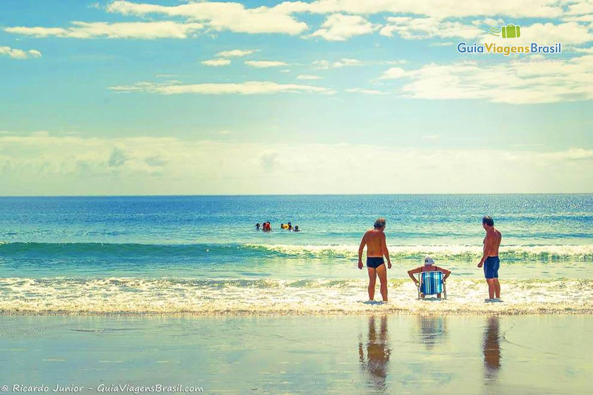 Foto turistas no mar Praia de Bombas, Bombinhas, SC.