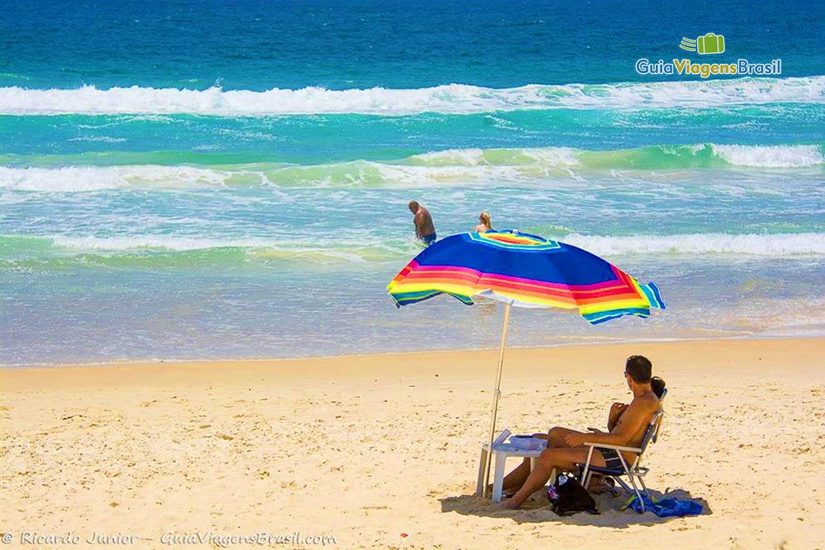 Foto turistas e o mar da Praia de Mariscal, Bombinhas, SC.