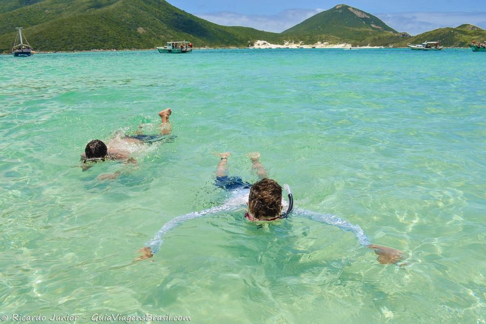 Foto meninos mergulhando nas Prainhas do Pontal do Atalaia, em Arraial do Cabo, RJ.