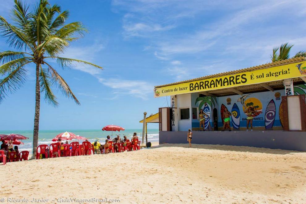 Foto palco e estrutura barraca na Praia de Taperapuan, Porto Seguro, BA.