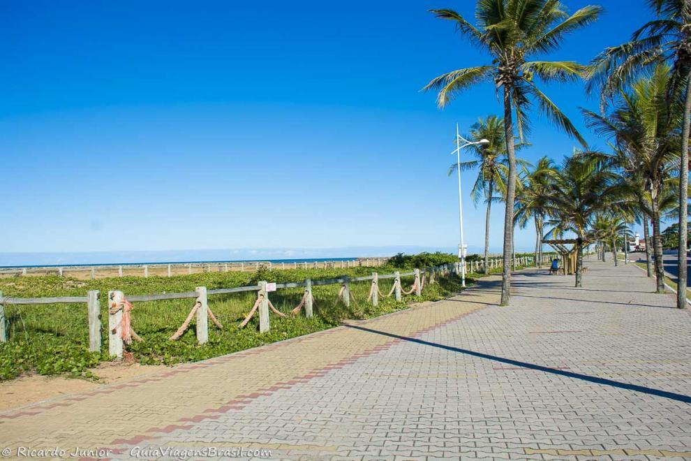 Foto orla da Praia de Conceição da Barra, no Espírito Santo.