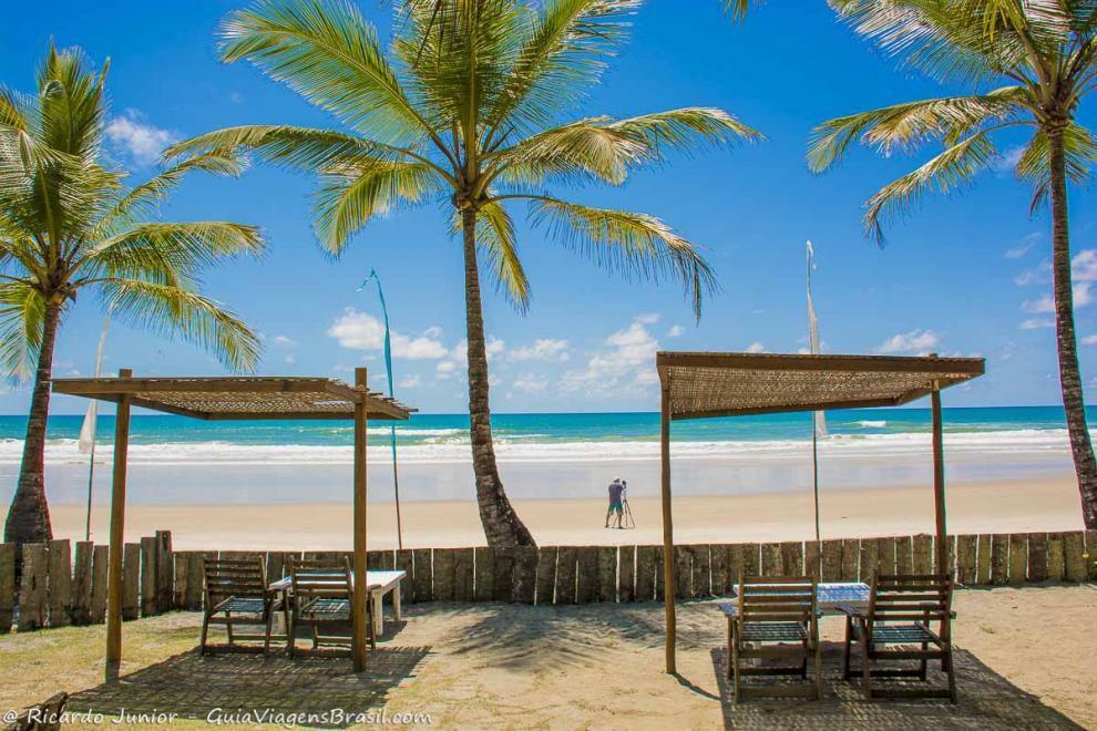 Cadeiras a beira mar na praia de Itacarezinho, Itacaré, BA.
