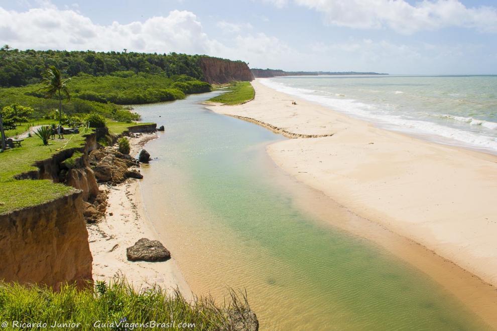 Foto do mirante da Praia Japara Grande, em Cumuruxatiba, BA.