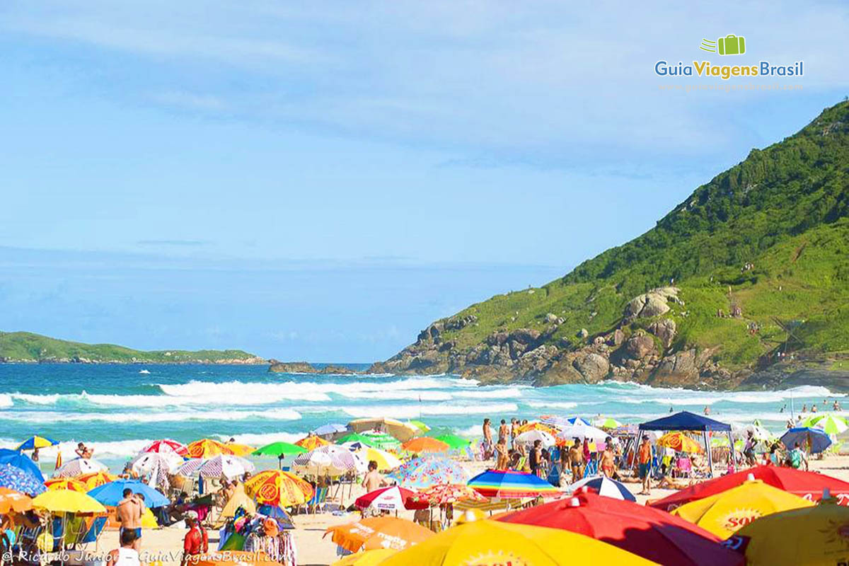 Foto areias agitadas da Praia Brava, em Florianópolis, SC.