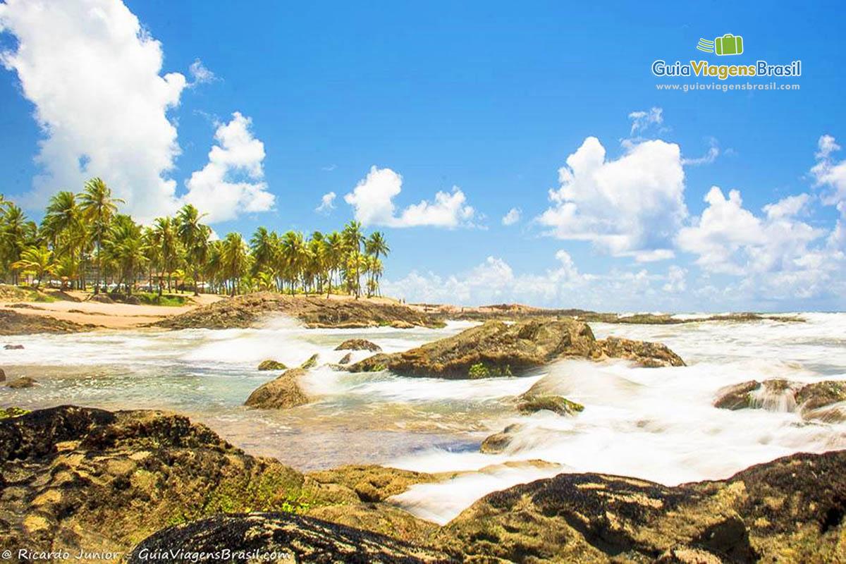 Foto pedras na linda Praia de Costa do Sauípe, Bahia.