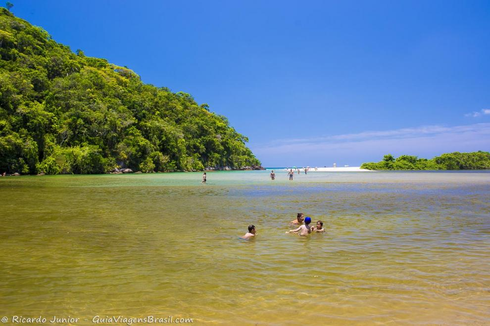 Foto família brinca nas águas do Rio Puruba, em Ubatuba, SP.