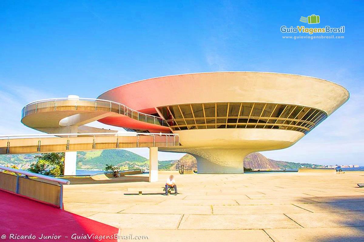 Foto do futurístico Museu de Arte Contemporânea, o MAC, de Niterói, no RJ.