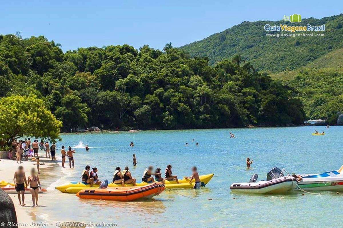 Foto banana boat na Ilha de Porto Belo, SC.