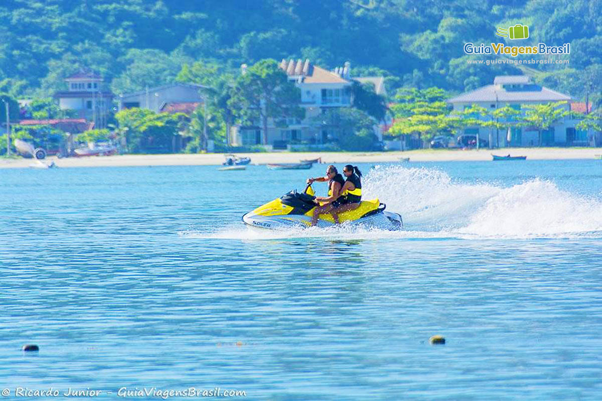 Foto jet ski na Ilha de Porto Belo, SC.