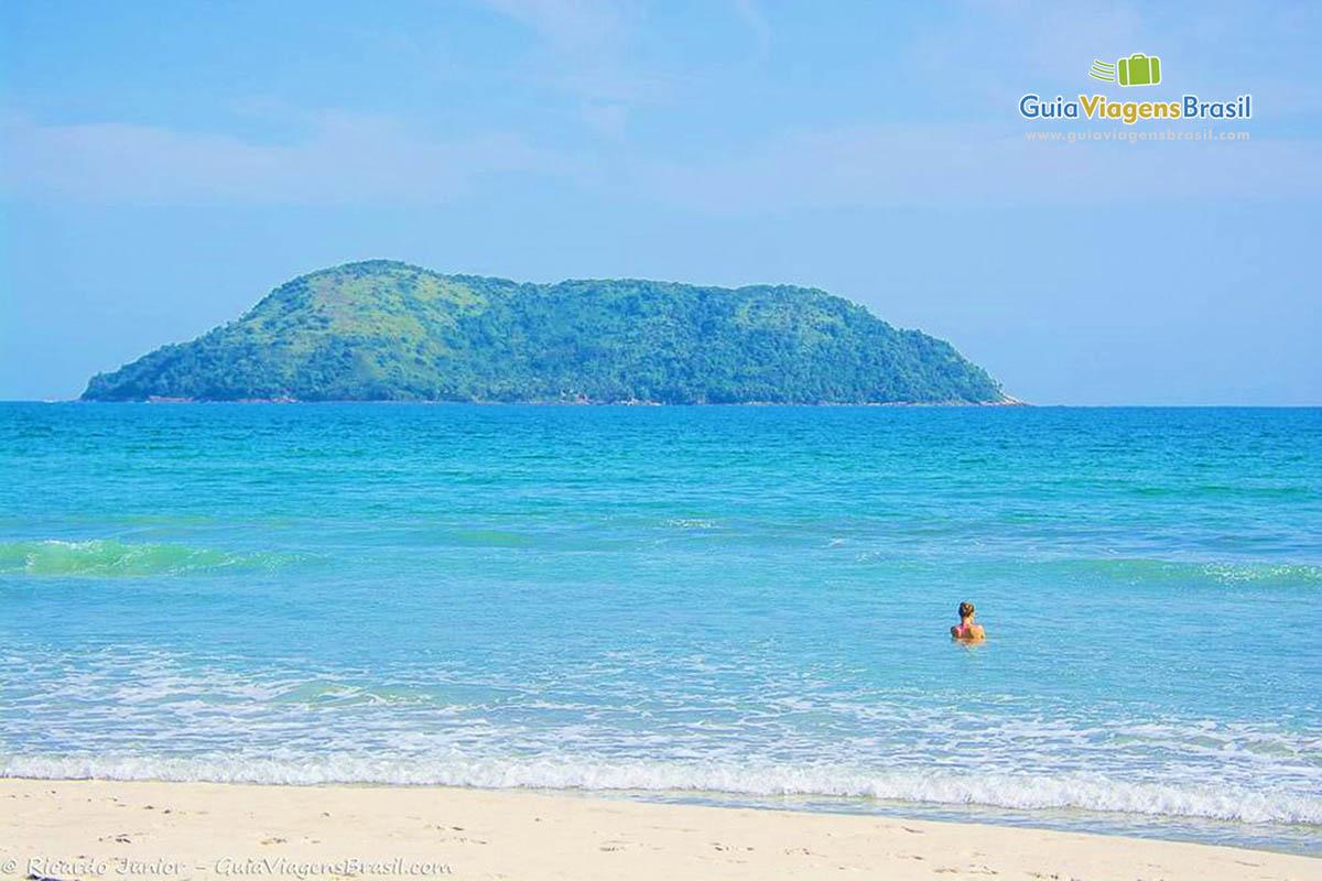 Foto mar azul da Praia de Juquehy, São Sebastião, SP.