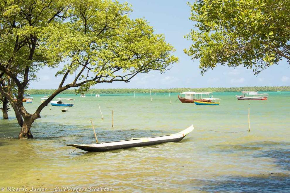 Foto mar e barco na Ilha de Boipeba, BA.
