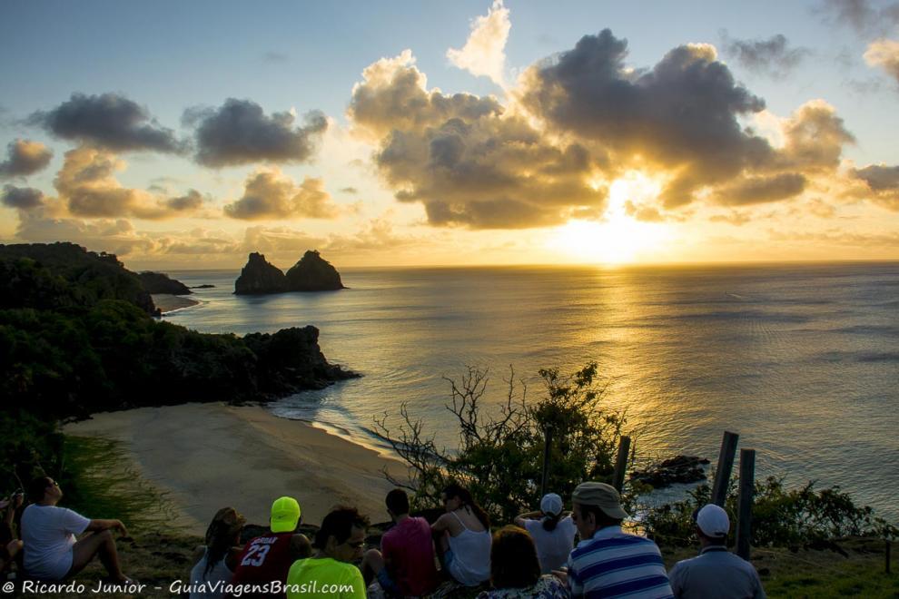 Foto Morro Dois Irmãos ao pôr do Sol de Fernando de Noronha, PE.