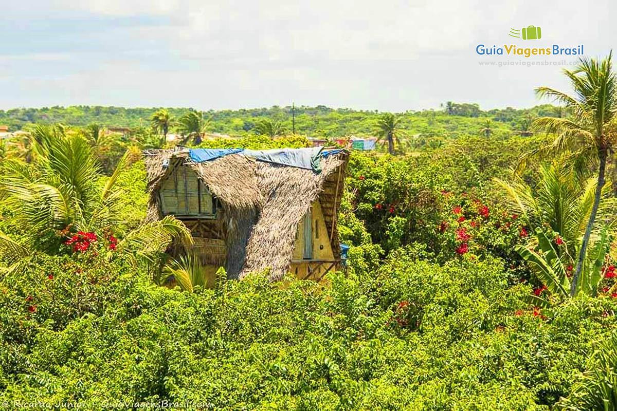 Foto aldeia hippie em meio a vegetação em Arembepe, BA.