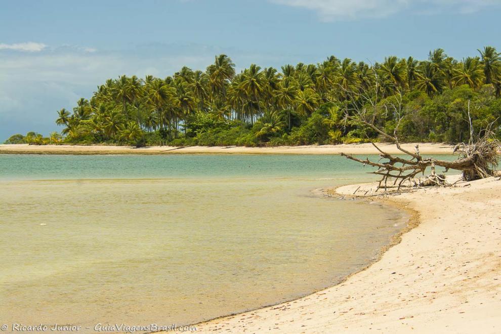 Foto praia deserta na ilha de Boipeba, BA.
