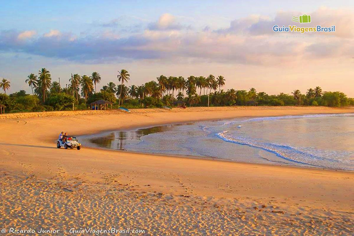 Foto final de tarde na orla da Praia de Tourinhos, em São Miguel do Gostoso, RN.