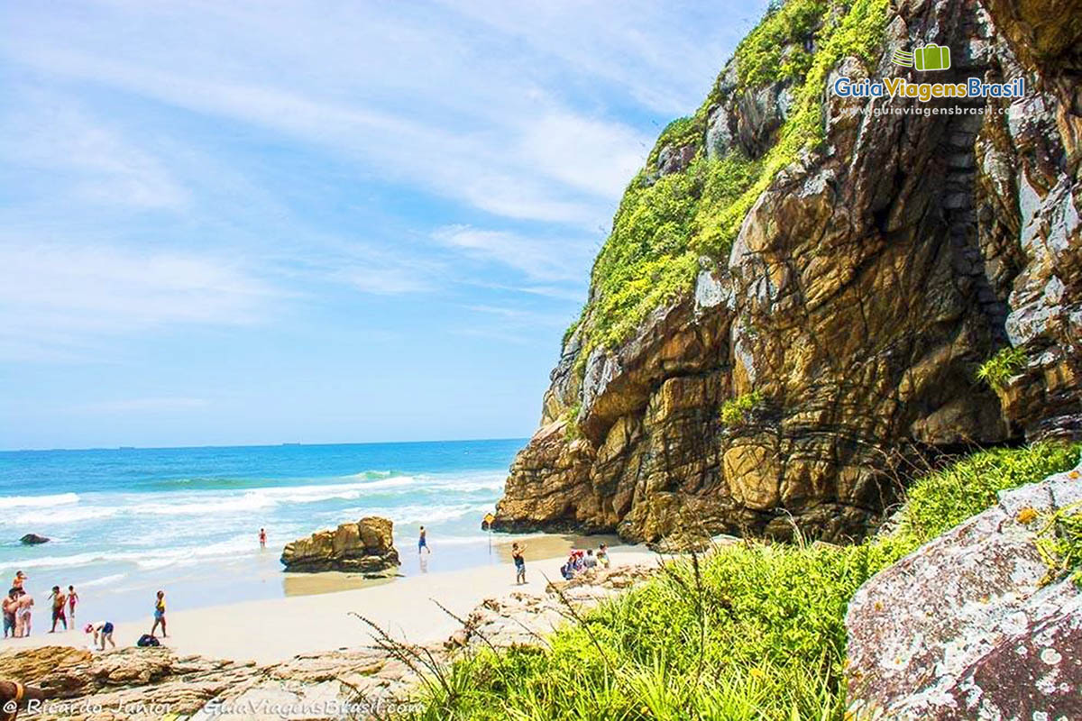 Foto da praia e gruta de Encantadas, na Ilha do Mel, PR.