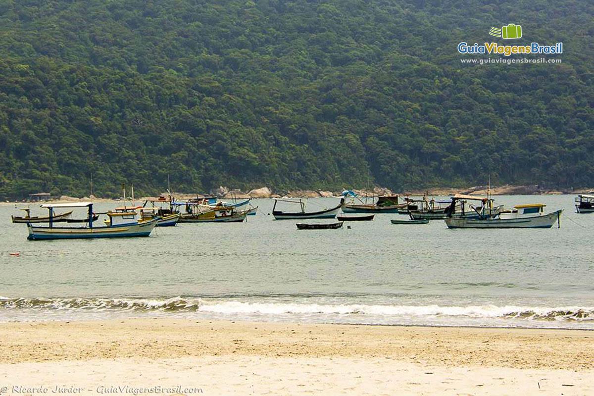 Foto barcos no mar da Praia de Perequê, no Guarujá, SP.