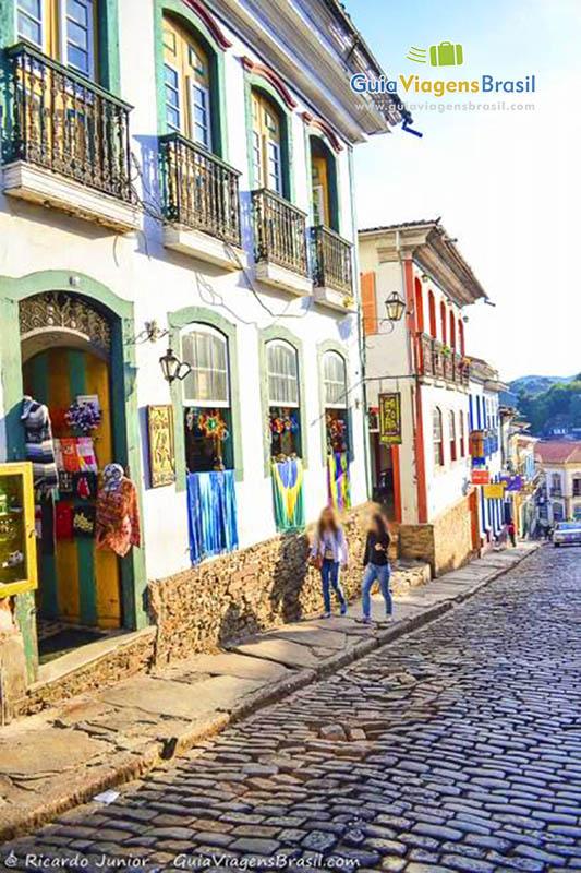Foto rua e casas do centro histórico de Ouro Preto, MG.