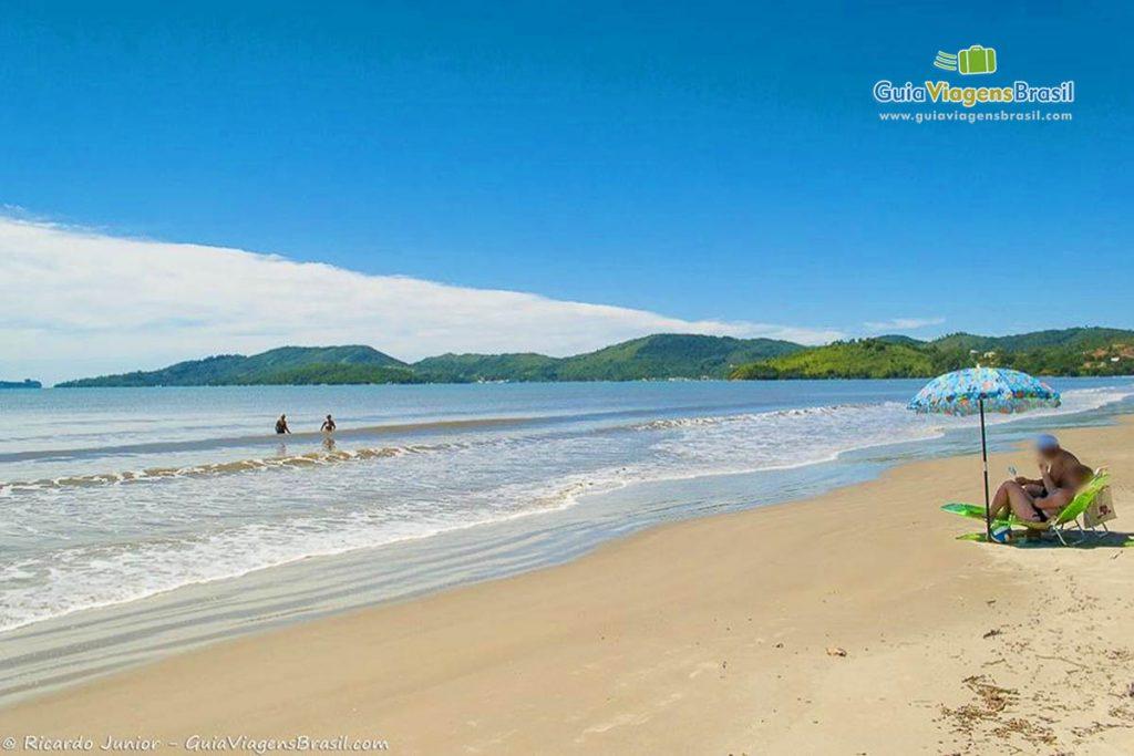 Foto da orla da Praia do Perequê, em Porto Belo, SC.