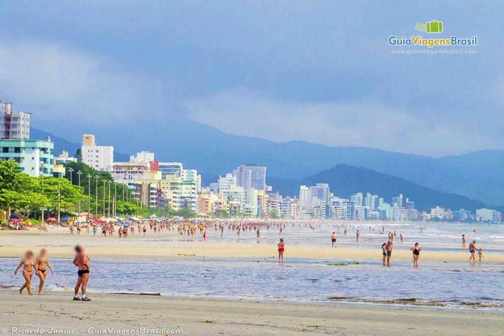 Foto da parte urbana da Praia do Perequê, em Porto Belo, SC.