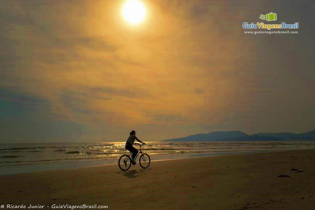 Foto da pôr do sol na Praia do Perequê, em Porto Belo, SC.
