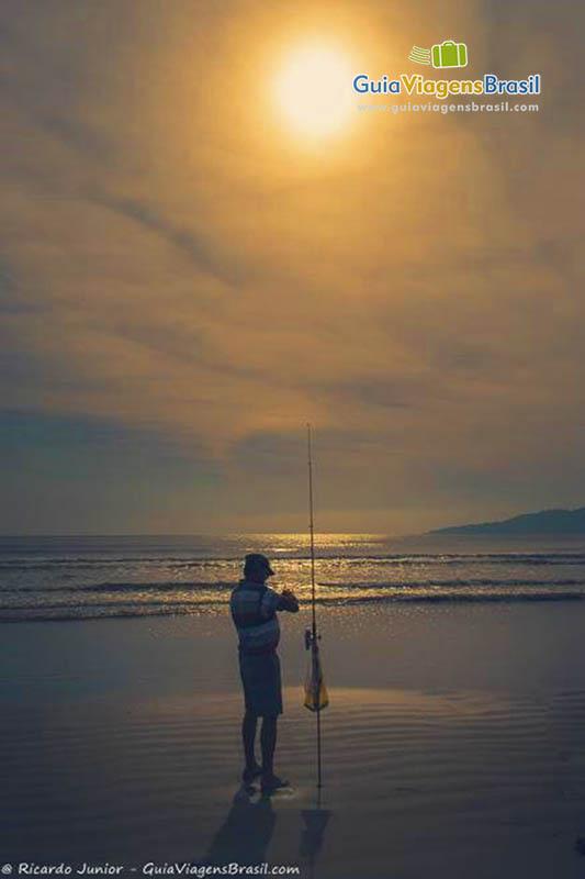 Foto pescador na Praia do Perequê, Porto Belo, SC.