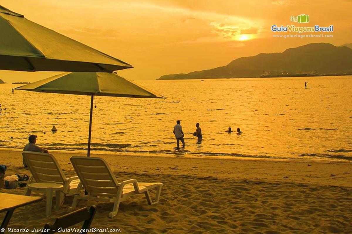 Foto final de tarde na Praia de Perequê, em Ilhabela, SP.