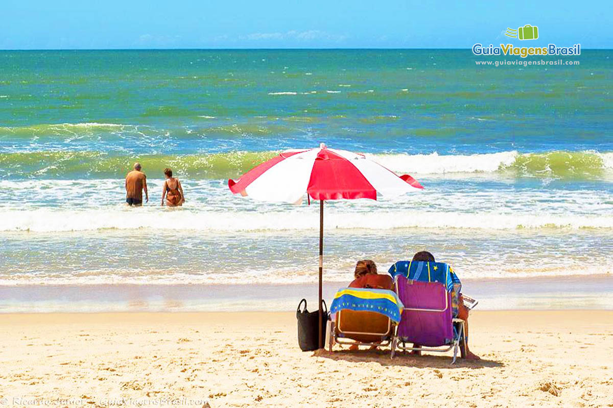 Foto turistas curtindo a Praia Central de Itapema, SC.