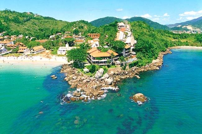 imagem aérea mostrando o mar com o hotel beira-mar