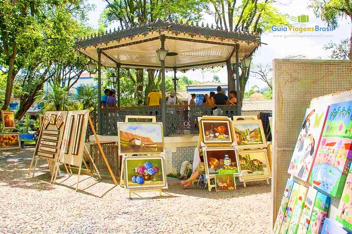 imagens da movimentada feira de arte e artesanato de embu das artes  #A0722B 1200x800