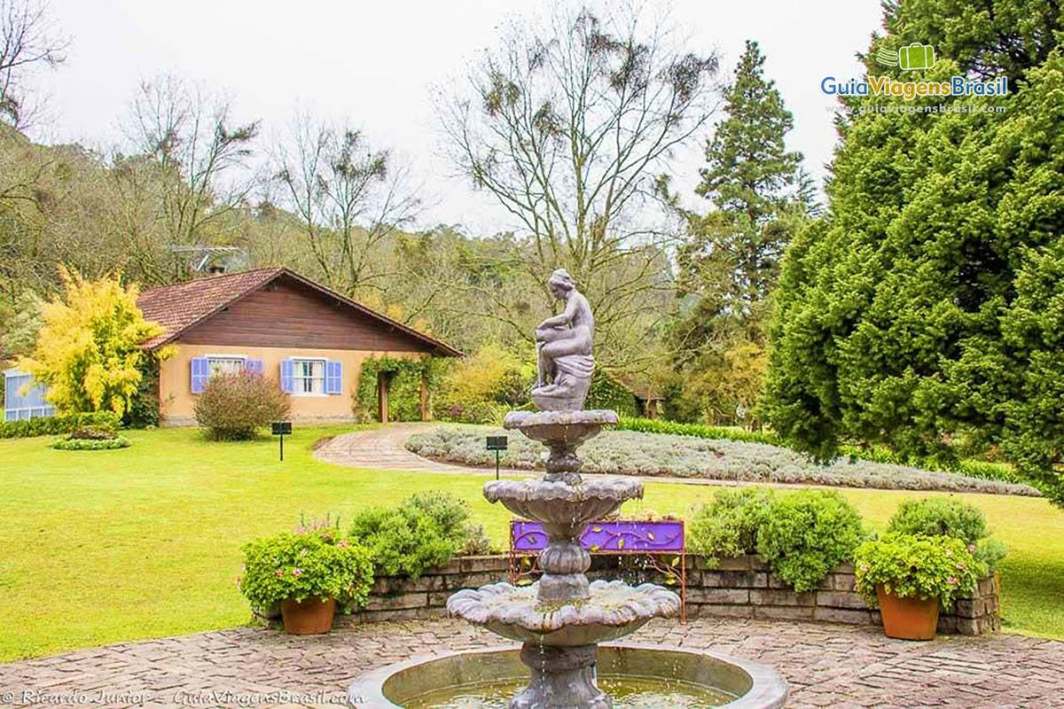 Imagem de uma fonte no parque da lavanda for Jardines de lavanda