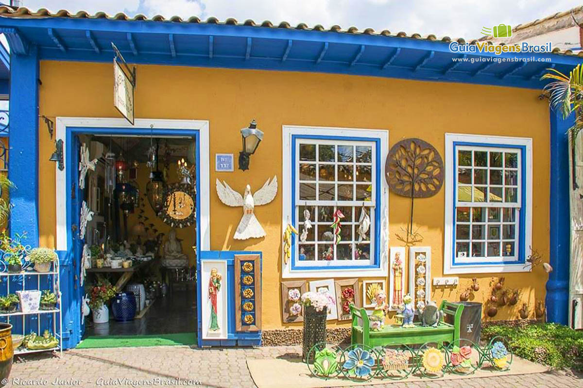 imagens da movimentada feira de arte e artesanato de embu das artes  #134477 1200x800