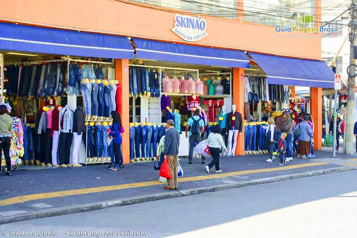 4076fdde33 Lupa Ampliação da Imagem Imagem de turistas olhando roupas nas lojas do Brás