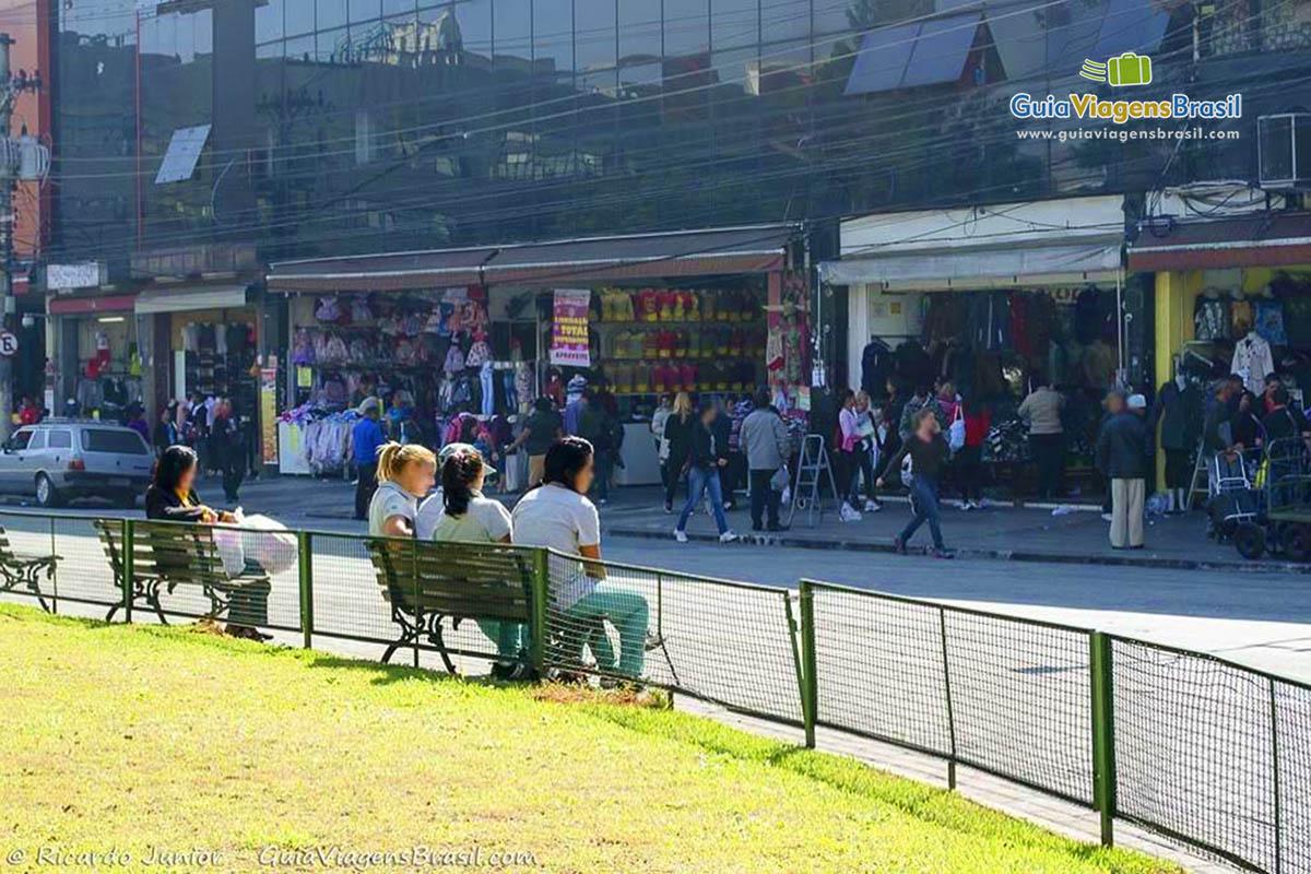 6e0cd71d10 Lupa Ampliação da Imagem Imagem de funcionárias das lojas descansando um  pouco no banco de praça