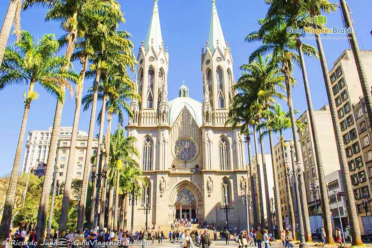 Imagem da Faixada da Catedral da Sé, estilo barroco, neogótico, em São Paulo, Brasil.