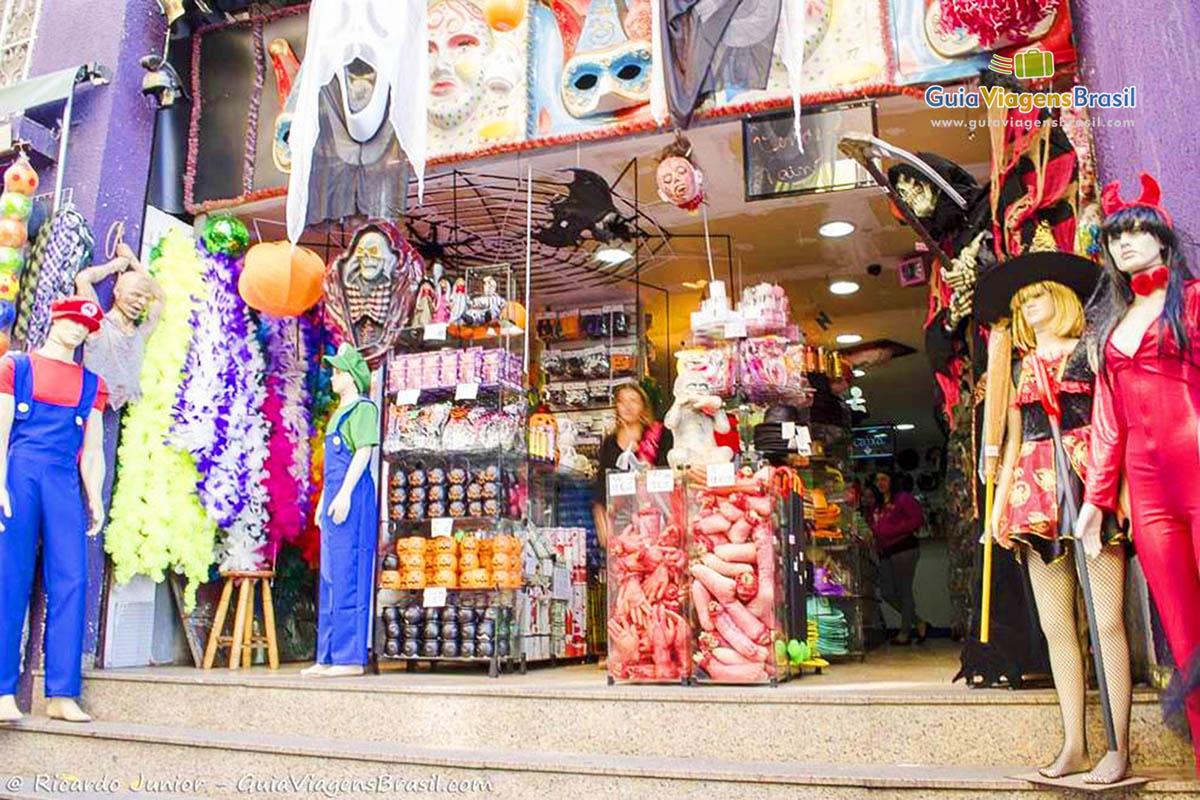 fdb84ff7e Imagem de uma loja de fantasia na Ladeira Porto Geral.