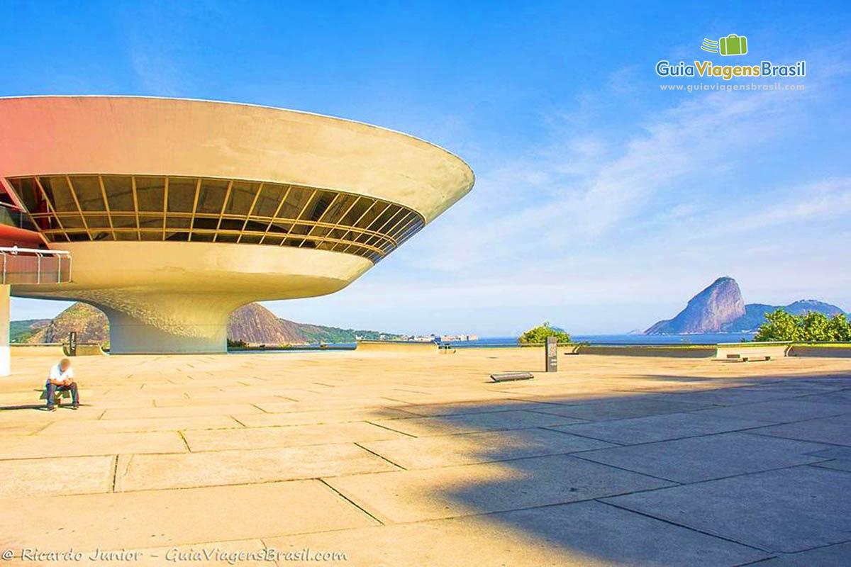 museu de arte contemporânea de niterói (niemeyer path), an architectonic complex designed by niemeyer in niterói,   view of the guanabara bay and of the cities of rio de janeiro and niterói.